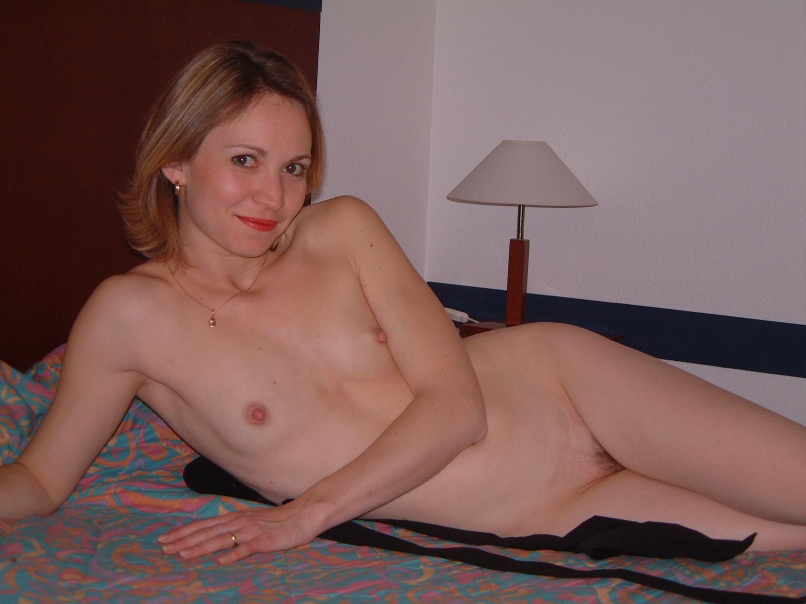 Exhib_-_Femme_Amatrice_Nue_Cochonne_-_Karine_BLANCHE_-_robe_noire_bas_et_porte_jarettelles_057.JPG